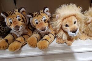 Peluches de animales, tigres y león